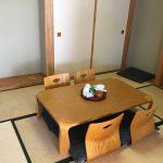 テーブルと座椅子のある和室